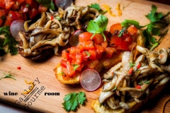 брускетты с томатом, с грибами, с пармой и лососем